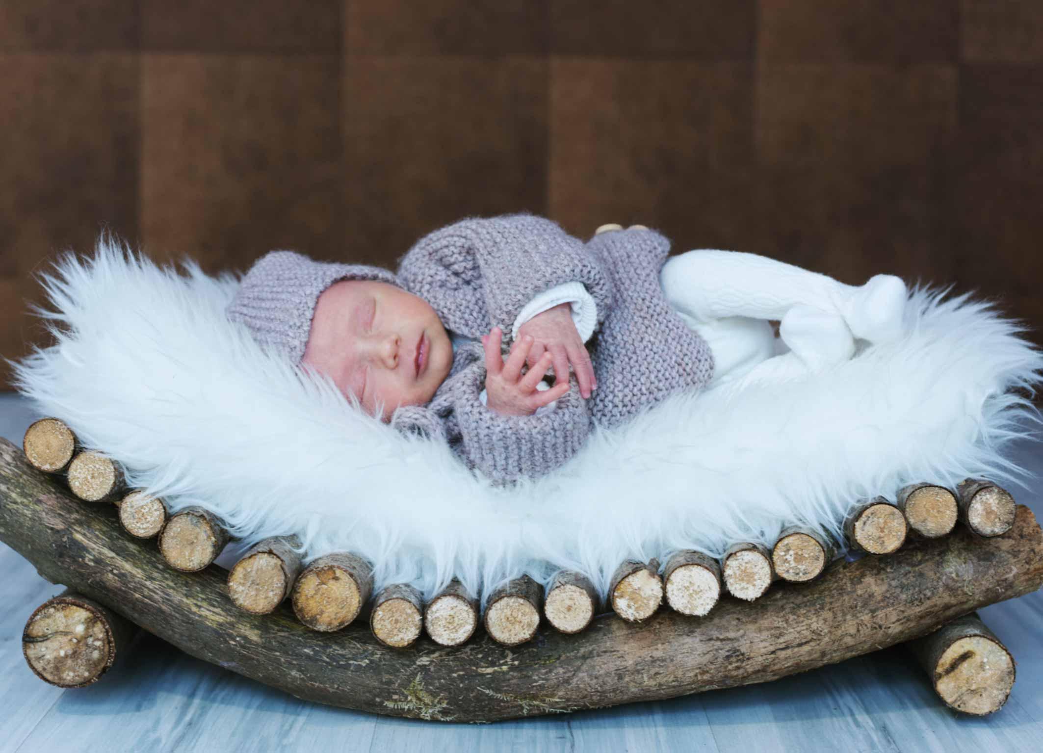 Babybild mit tollem Holzbettchen